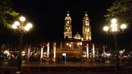 Campeche: Plaza Principal mit der Kathedrale im Hintergrund