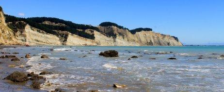 Cape Kidnapper: Die deutlichen Verwerfungslinien sind vor ca. 200.000 Jahren entstanden. Die pazifische Platte schiebt sich unter die australische Kontinentalplatte und löst so immer wieder Erdbeben in Neuseeland aus.