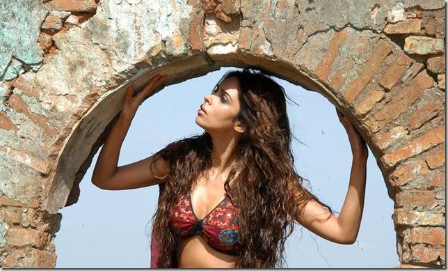 Mallika Sherawat on Hisss Set Photo 10