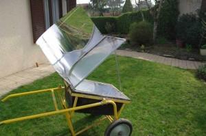 four solaire dans une brouette à béton