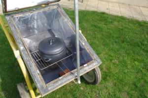 une cocotte en terre cuite Oyera dans un four solaire