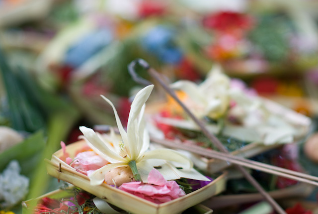 Balinese offering; Image courtesy of Simon Monk/Flickr