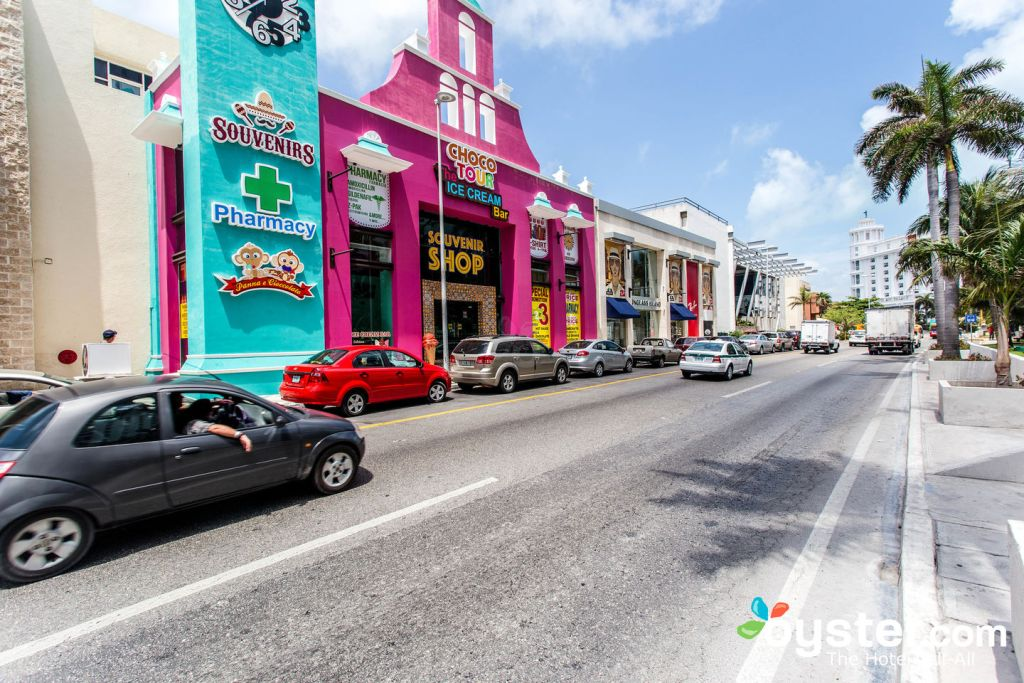 Street at Hotel Riu Cancun/Oyster
