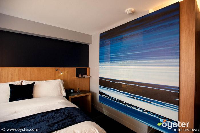 Una pantalla transparente en una habitación Wonderful en el W Boston