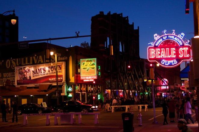 Beale Streeet la nuit; avec l'aimable autorisation de H. Michael Miley, Flickr