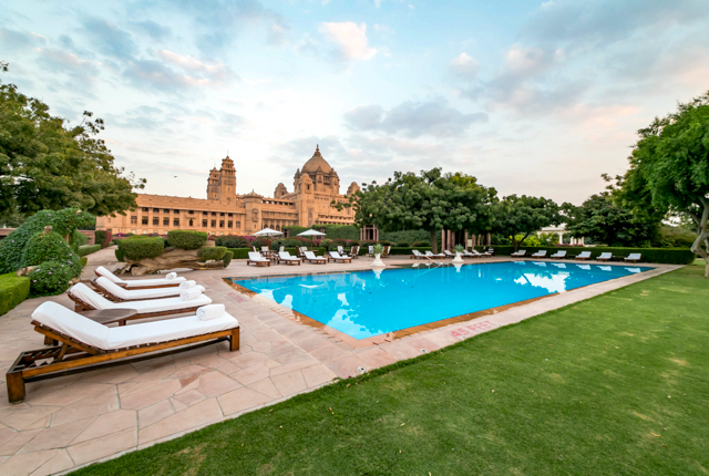 La piscina presso l'Umaid Bhawan Palace Jodhpur / Oyster