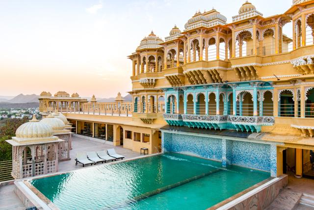 La piscina all'aperto al Chunda Palace Hotel / Oyster