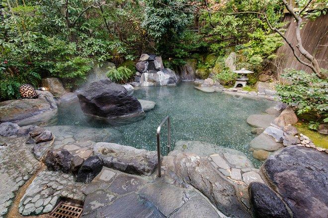Baño termal para hombres en Gora Kadan / Oyster