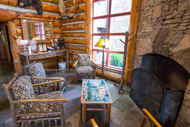 Vestíbulo en el Bearskin Lodge on the River Hotel / Oyster