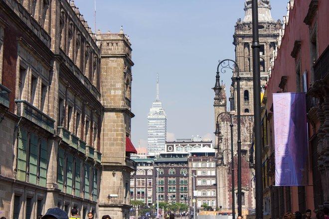 Das alte und moderne Treffen in Centro / Oyster von Mexiko-Stadt