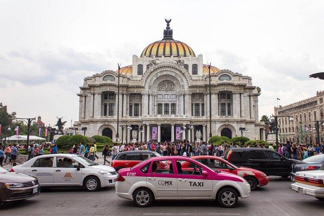 Der Verkehr in Mexiko-Stadt hat sich historisch auf die Luftqualität / Oyster ausgewirkt