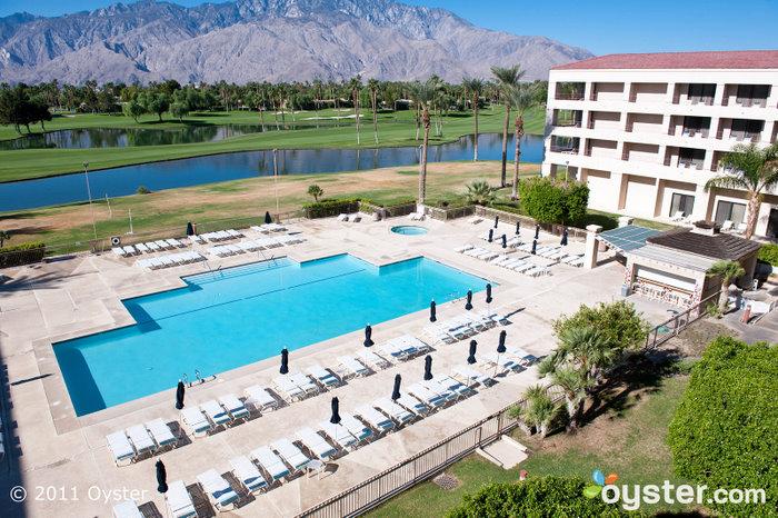 Piscina e campo de golfe no Doral Desert Princess Resort