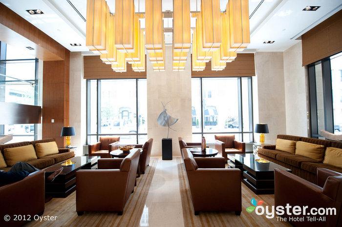 Il tuo capo rimarrà impressionato dall'entrare nella lobby elegante e lineare.