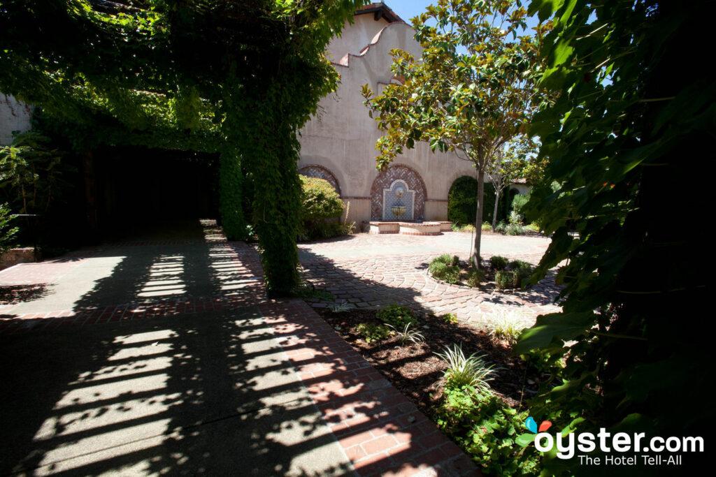 O Fairmont Sonoma Mission Inn & Spa tem arquitetura de estilo missionário.