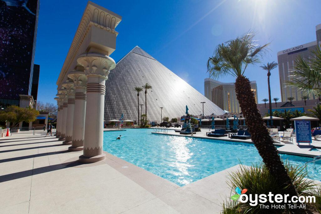 Piscina en el Luxor Hotel & Casino / Oyster