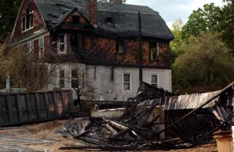 House adjacent to the targeted houses that was set on fire on Brutis Ave. and Kellogg St. in Oyster Bay, New York on Wednesday, May 18, 2005. The fire is believed to be arson. (Newsday photo / Michael E. Ach) ts