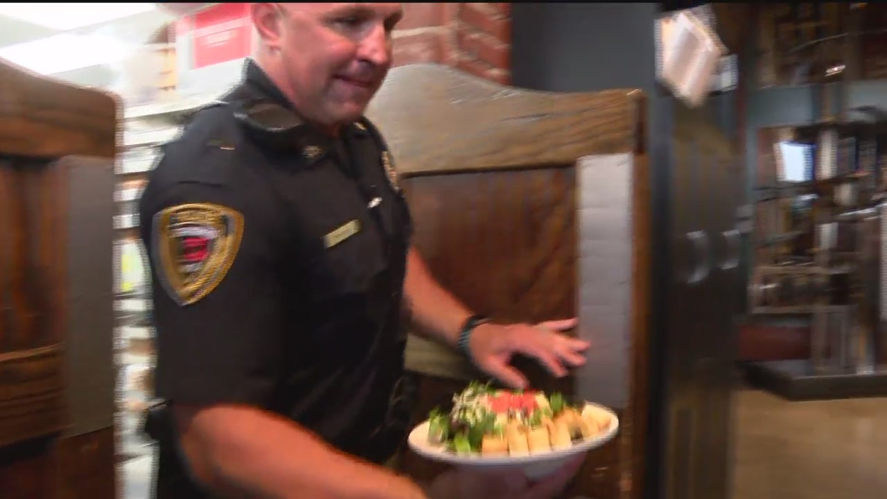SPD_Officers_Serving_Tables_for_Charity_0_20180818035021
