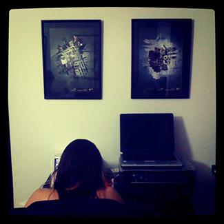 Violeta trabajando y dos de mis cuadros de fondo