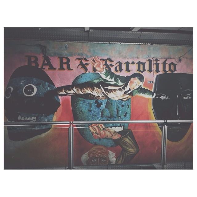 """Un hombre vuela sobre la fachada del Bar """"El Farolito"""""""