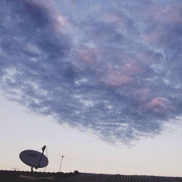 Atardecer y antena de satélite