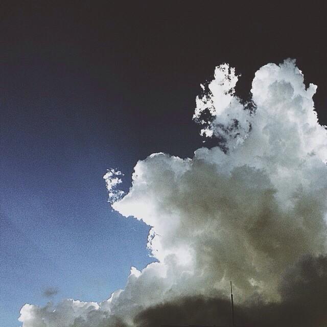 Detrás de esta nube está dios