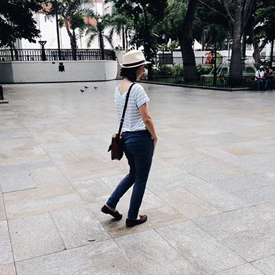 La encantadora Adriana guiándonos por las esquinas de Caracas