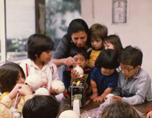 Imagen 4. Niños y niñas del exilio chileno en México. En Escuela de Verano en la sede de Casa de Chile en México, México D.F. julio-agosto 1982. En la foto, aprendiendo a hacer títeres.