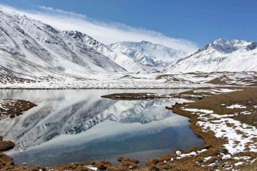 Montagne lac neige Kirghizistan