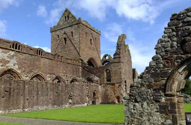 Visiting Sweetheart Abbey in New Abbey, Scotland | PACK THE SUITCASES