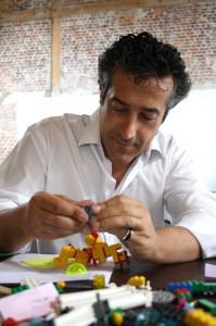 Paco Prieto construyendo con Lego Serious Play