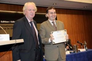 D. Alberto Pérez Cueto recoge diploma de manos del Director de Tecnalia