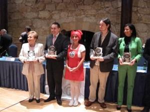 Nika y el D. Alberto Pérez Cueto, Director Sociedad Información, recogen el premio ATR