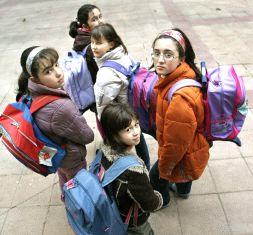 Saber si ocupa lugar. Niños y niñas con mochilas
