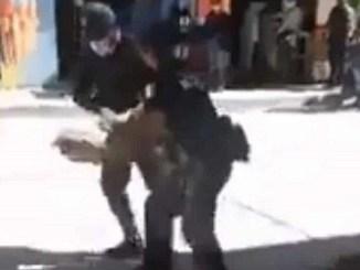 Detienen a vendedora de chapulines en Oaxaca y tiran su mercancía #VIDEO