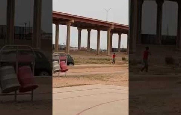 Captan a agente de El Paso jugado con un niño mexicano #VIDEO