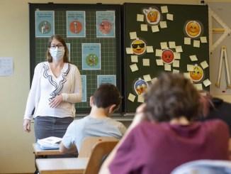 En medio de la pandemia de COVID-19, millones de niños regresan a clases en Europa