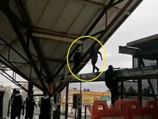 Rescatan a hombre que amenazaba con suicidarse en metro Ciudad Azteca #VIDEO