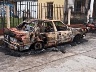 Apedrean a alcalde de Coetzala e incendian automóvil oficial