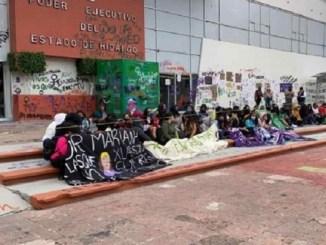 Mujeres pintan Palacio de Gobierno de Hidalgo por feminicidios