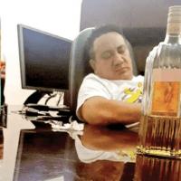 Acusan a mando de fiscalía de agresión sexual y organizar borracheras en oficina