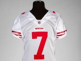 Jersey que usó Colin Kaepernick al debutar con los 49ers, podría subastarse por 100 mil dólares