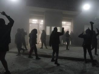 Desalojan con violencia a feministas que mantenían tomadas las instalaciones de la CODHEM en Ecatepec #VIDEO