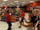 Jóvenes protestan en una tienda de Florida contra el uso de cubrebocas #VIDEO