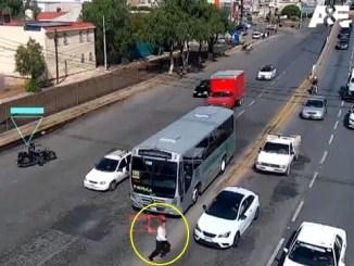 Ladrones roban automóvil, intentan huir pero terminan siendo atropellados #VIDEO