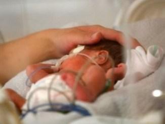 Para que muera de hambre en silencio, mujer encierra a recién nacida en un armario