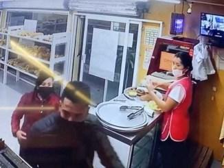 Se hace pasar por cliente y ladrona roba panadería #VIDEO