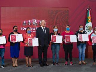 López Obrador entregó premios a escuelas ganadoras en sorteo del avión