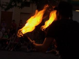 Sujeto le arroja thinner y le prende fuego a un joven que salía de un Oxxo