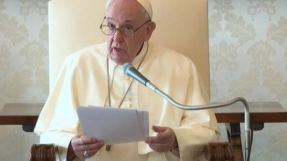 """Papa Francisco llama a obedecer a la """"señora covid"""", aunque él no usa cubrebocas"""