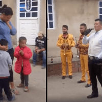 Pequeño pide a mariachi le canten a su mamá a cambio de 5 pesos y sus canicas #VIDEO